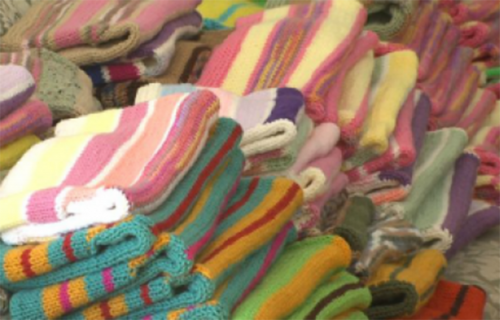 Mulher de 87 anos tricotou mais de mil casacos para pessoas carentes