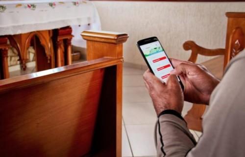 Posso usar o celular na igreja?