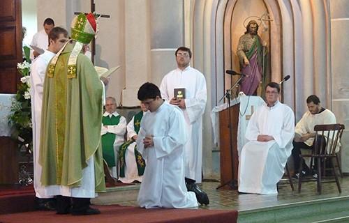 No aniversário da diocese, seminaristas recebem ministérios